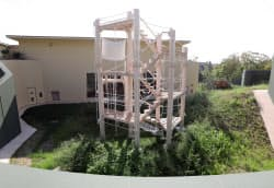 ゴリラの屋外運動場には高さ8メートルのタワーを設置した(5日、名古屋市千種区の東山動植物園)
