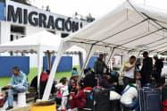 3日、コロンビア国境に近いエクアドル北部トゥルカンで、同国への入国審査を待つベネズエラ難民