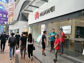 米中摩擦が激化し、中国経済は曲がり角を迎えた。スマートフォンの販売店では、客足が鈍っている。(広東省広州市)