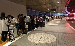 新千歳空港では鉄道運休の影響で、バスを待つ長蛇の列ができた(5日午後)