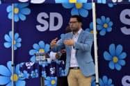 雨の中、極右政党・スウェーデン民主党のオーケソン党首の演説には700人を超す聴衆が集まった(スウェーデン南部・カルマル、9月1日)