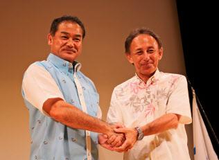 沖縄県知事選への立候補を表明している佐喜真淳氏(左)と玉城デニー氏(5日夜、同県南風原町)