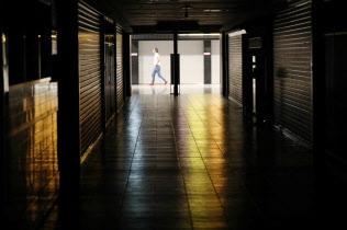 シャッターが閉じられた関西空港の飲食店街(5日午後)