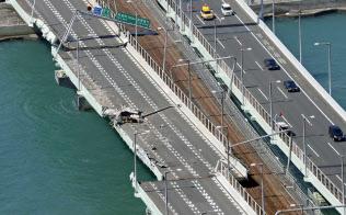 タンカーが衝突し、破損した関西空港連絡橋(5日午後)=共同
