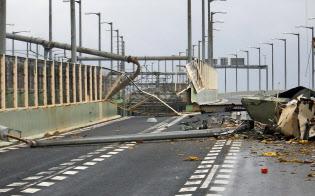 空港閉鎖が長引けば、関西経済への打撃は大きい(4日午後、破損した関西空港連絡橋、関西空港海上保安航空基地提供)=共同