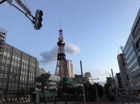 停電で交差点の信号が消え、大通公園にあるテレビ塔の時計表示も消えた(6日午前、札幌市)