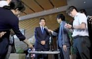北海道で震度6強を観測した地震を受け、記者の質問に答える安倍首相=6日午前5時51分、首相官邸=共同