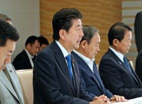 豪雨非常災害対策本部の会議で発言する安倍首相(6日午前、首相官邸)