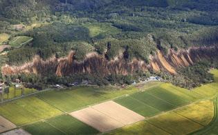 地震による土砂崩れで複数の住宅がのみ込まれた現場(6日午前、北海道厚真町)=共同