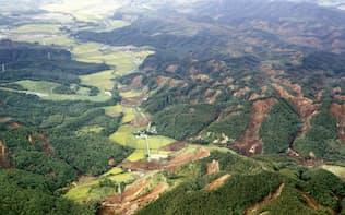 地震で発生した北海道厚真町の土砂崩れ。山のいたるところで土が露出している(6日午前)=共同