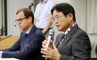 記者会見する関西エアポートの山谷社長(右)(6日午前、大阪府泉佐野市)