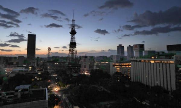地震の影響で停電した札幌市内。中央左はさっぽろテレビ塔(6日午前)=共同