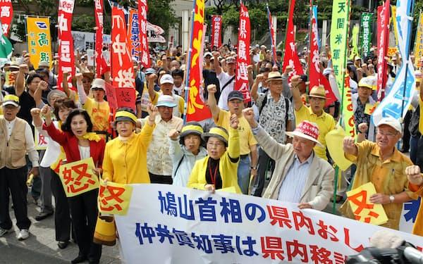 沖縄県庁前で普天間基地の県内移設反対を訴える人たち(2010年5月23日、那覇市)