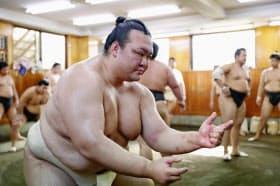 出稽古に励む稀勢の里関(6日、千葉県習志野市の阿武松部屋)=共同