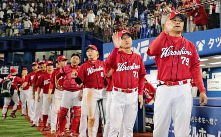 広島は選手とともに、指導者も育ててきた(右端は緒方監督)=共同