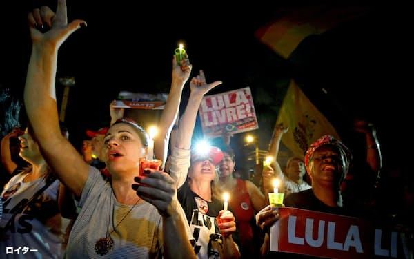 ルラ元大統領の出馬を求める支持者たち(8月31日、南部クリチバ)=ロイター