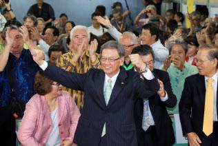当選を決め、「カチャーシー」を踊る翁長雄志氏(中)(2014年11月、那覇市)