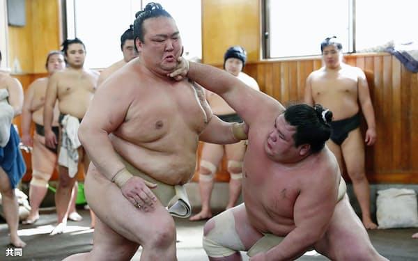 6日、阿武咲(右)を相手に稽古する稀勢の里=共同