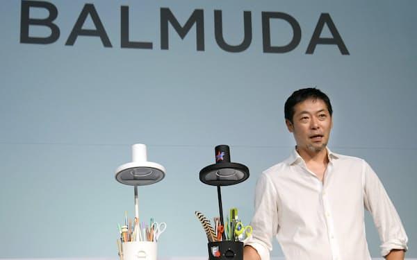 卓上ライトの新商品を発表するバルミューダの寺尾玄社長(6日午後、東京都品川区)