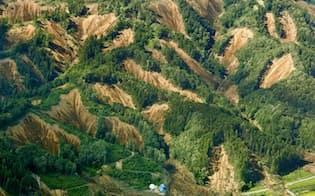 山のいたるところで土砂崩れが発生した北海道厚真町(6日午後)=共同