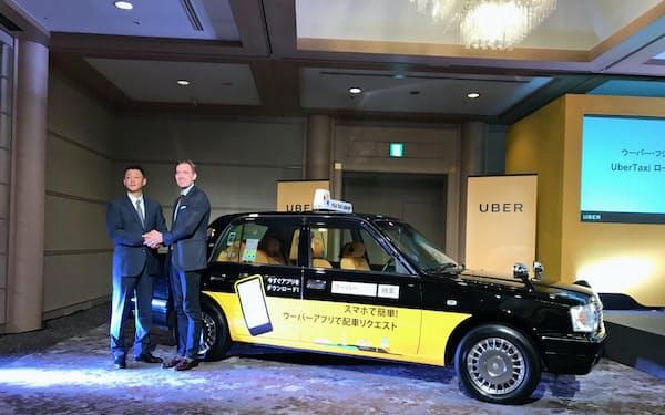 記者会見するウーバージャパンのトム・ホワイト氏、フジタクシーグループの梅村尚史社長