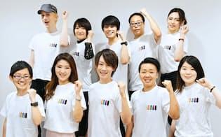 Job Rainbow社員の集合写真(東京都・渋谷区) 1列目中央の男性が星賢人社長、女性が星真梨子COO