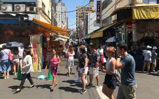 外国人観光客が多く集まる街になった(築地場外市場)