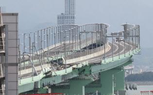 タンカーが衝突し壊れた関空連絡橋(6日、大阪府泉佐野市)