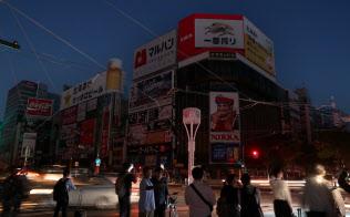 ネオンが消えたすすきのの繁華街(6日午後、札幌市)