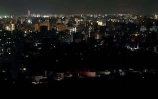 大半の明かりが消えた札幌市内(6日夜)