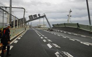 タンカーに衝突され破損した関西空港連絡橋(4日午後、関西空港海上保安航空基地提供)=共同