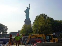 自由の女神像の背後に新博物館を建設中(6日、ニューヨーク)