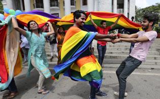 同性愛の権利を認める最高裁判決に喜ぶインドの同性愛活動家グループ=AP