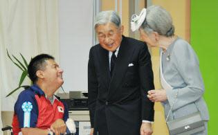 「太陽の家」のスポーツ施設で、パラリンピックを目指す選手と話す両陛下(2015年10月、大分県別府市)=時事