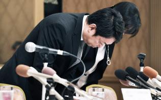 記者会見で頭を下げるスルガ銀行の有国新社長(7日午後、静岡県沼津市)