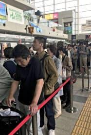 新千歳空港の閉鎖で北海道の玄関口の役割を担った旭川空港。観光客らでごった返した(7日午前)