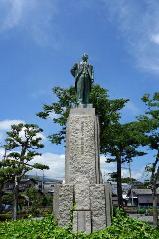 静岡県沼津市には創業者、岡野喜太郎氏の像が建っている