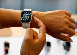 アップルの腕時計型端末「アップルウオッチ」=ロイター
