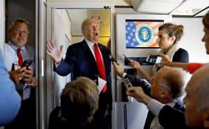 7日に米大統領専用機内で記者団と懇談するトランプ米大統領=ロイター