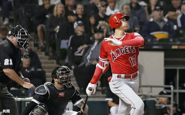 ホワイトソックス戦の3回、右中間に3試合連続本塁打となる19号3ランを放つ米大リーグ、エンゼルスの大谷翔平選手(7日、シカゴ)=共同