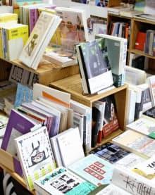 書店「ON READING」に並ぶさまざまなジャンルの本(名古屋市)=共同