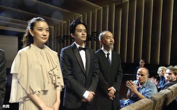 第75回ベネチア国際映画祭で、観客の拍手に応える(左から)蒼井優さん、池松壮亮さん、塚本晋也監督(7日、イタリア・ベネチア)=共同