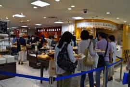 営業を再開した東急百貨店札幌店のパン店には客が詰めかけた(8日、札幌市)