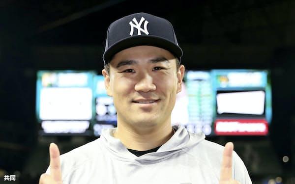 マリナーズ戦で11勝目を挙げ、笑顔でポーズをとるヤンキース・田中(7日、シアトル)=共同