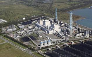 北海道電力の苫東厚真火力発電所(6日午後、北海道厚真町)=共同