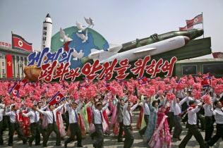 ミサイルなど最新兵器の有無も注目される(2017年4月、平壌で開いた軍事パレード)=AP