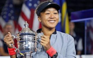 全米オープンテニスの女子シングルスで初制覇を果たし、トロフィーを手に笑顔の大坂なおみ=8日、ニューヨーク(共同)