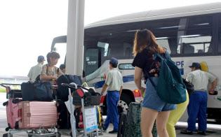臨時のシャトルバスから降車する利用客(関空第2ターミナル)