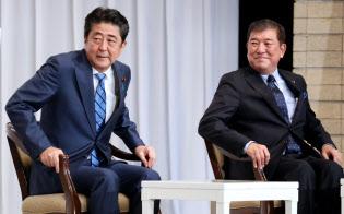 自民党総裁選の所見発表演説会に臨む安倍首相と石破元幹事長(10日午前、党本部)
