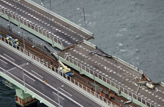 タンカーが衝突し損傷、大きくずれた関西国際空港の連絡橋(7日)=共同